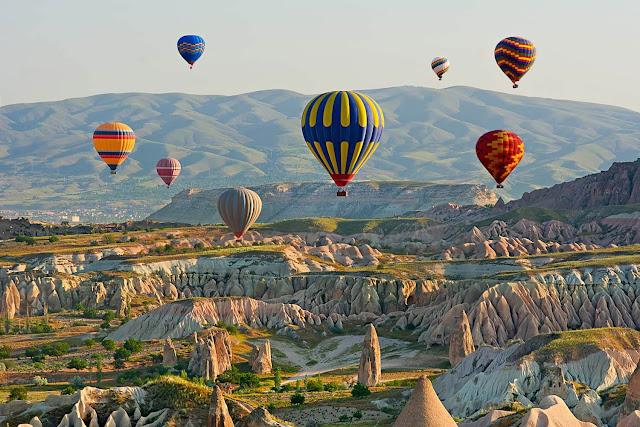 """Bạn đừng quên trải nghiệm phong cảnh huyền diệu của Thổ Nhĩ Kỳ tại Cappadocia – """"ống khói cổ tích"""" được hình thành từ hàng triệu năm trước bởi các vụ phun trào núi lửa. Những người dân đầu tiên đã sử dụng nó làm nhà và nhà thờ, thậm chí là chạm khắc các hang động và thành phố dưới lòng đất.     Ở các thị trấn như Goreme, khách du lịch có thể ở trong các hang động. Bạn có thể tham gia tour du lịch có người địa phương hướng dẫn. Họ sẽ giải thích những bí ẩn và truyền thuyết xung quanh các thành tựu khác thường này."""
