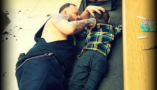 Κουρέας έπεσε στο πάτωμα για να κουρέψει ένα παιδί με αυτισμό