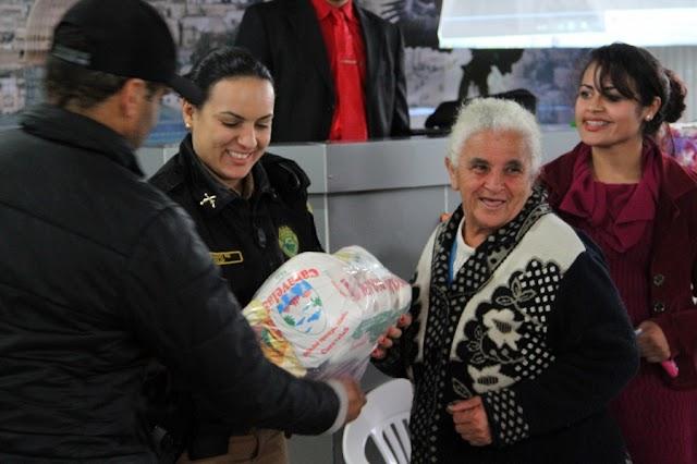 Moradores de comunidade carente ganham cestas básicas e roupas doadas por policiais militares