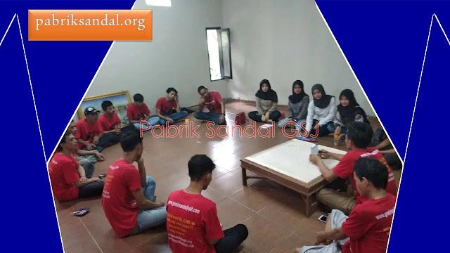 breafing dan meeting team pabrik sandal murah
