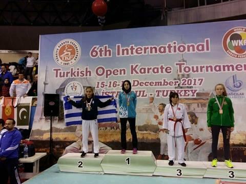 Σήκωσε την Ελληνική σημαία στην Τουρκία η Ηγουμενιτσιώτισσα πρωταθλήτρια του Καράτε Μαρία Στόλη