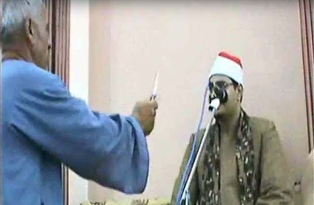 بالفيديو مصري يشهر سلاحا أبيض بوجه قارئ للقرآن لإرغامه على استئناف التلاوة