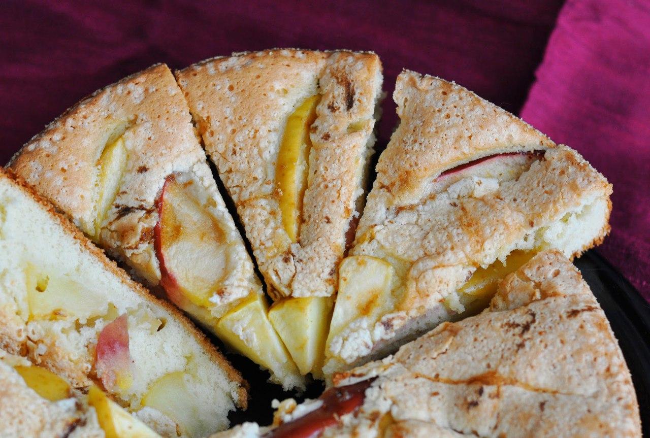 Шарлотка с яблоками и корицей