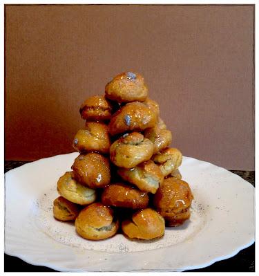 Mini croquembouche con namelaka al cioccolato fondente e caramello al miele di castagno.