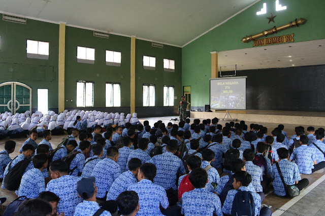 Kostrad Soldiers Give Nationality Insights To Students of SMPN 1 Cibadak