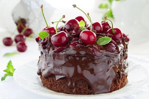 Dupla csokis, meggyes süti: piskótával és selymes csokis krémmel