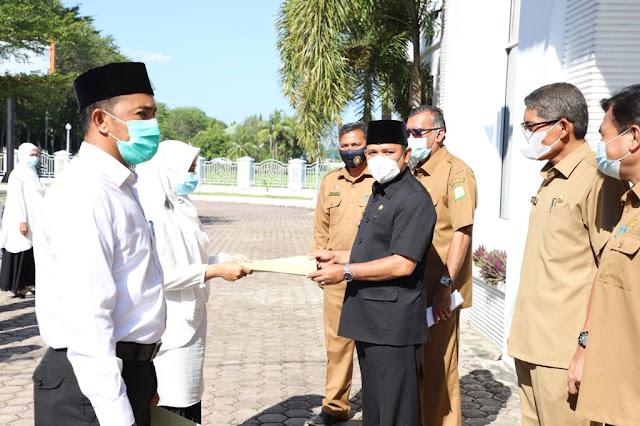 Bupati Aceh Besar, Ir H Mawardi Ali menyerahkan SK P3K secara simbolis kepada 74 Tenaga Penyuluh Pertanian