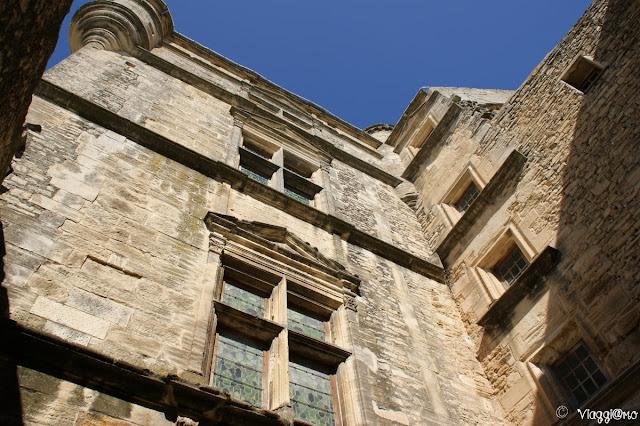 Particolare della facciata interna del castello di Gordes