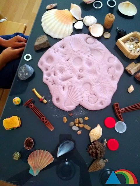 Masa de agua y harina con huellas de diferentes materiales naturales