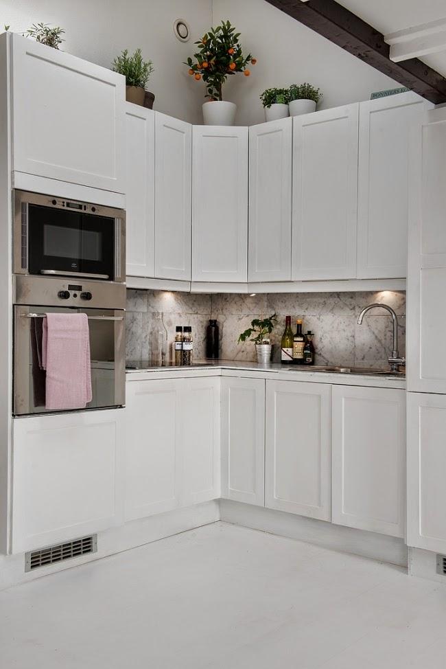 Białe mieszkanie na poddaszu, wystrój wnętrz, wnętrza, urządzanie domu, dekoracje wnętrz, aranżacja wnętrz, inspiracje wnętrz,interior design , dom i wnętrze, aranżacja mieszkania, modne wnętrza, styl klasyczny, styl skandynawski, biała kuchnia, mała kuchnia, styl skandynawski