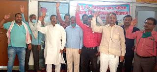 #JaunpurLive : चौथे दिन भी लिपिक वर्गीय कर्मचारियों ने दिया धरना