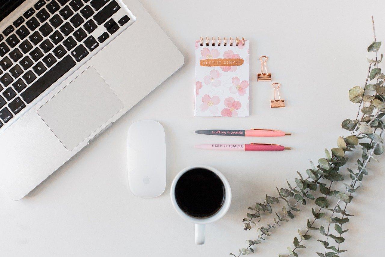 gambar laptop dan kopi