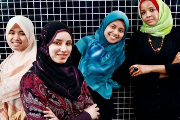 Sebagian perempuan berhijab tentu saja akan sangat bahagia untuk bergonta Tips Memilih Jilbab Sesuai Warna Kulit