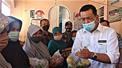 Bupati Pessel Serahkan Bansos Non Tunai di Nagari Tambang