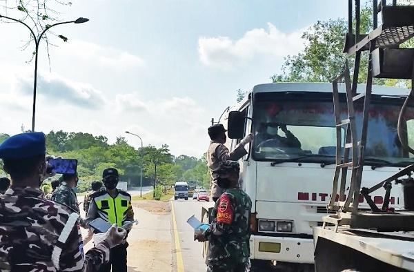 Tentara, Polisi Bersama Ormas Bagi-Bagi Masker Ke Pengguna Jalan di Batam