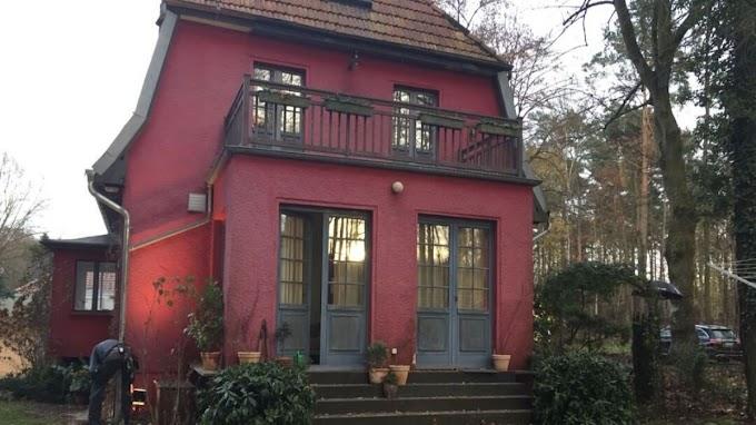 """Conoce cómo luce la famosa casa roja donde vive Jonas Hahnwald de la serie """"Dark"""" de Netflix"""