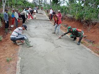 Perbaikan Jalan Berlubang Dilaksanakan Secara Bergotong - Royong  dan Di Bantu Babinsa Koramil 422-06/Sumber Jaya