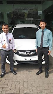 Foto serah terima mobil Honda di dealer resmi honda di jababeka