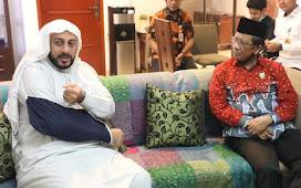 Mahfud Md Jenguk Syekh Ali Jaber: Beliau Sehat-Titip Salam untuk Presiden