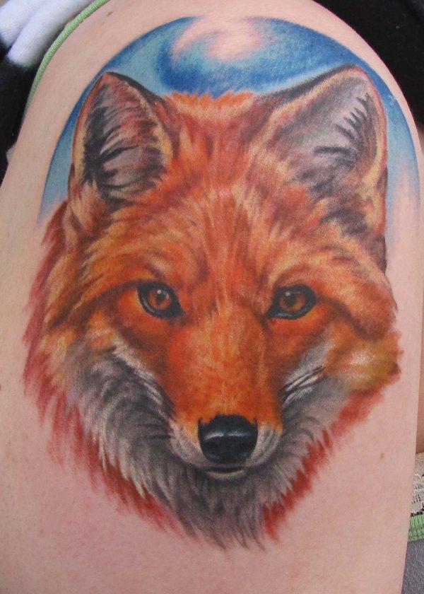 vemos el tatuaje de un zorro en el brazo