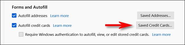"""في إعدادات الخصوصية والأمان في Firefox ، انقر فوق """"بطاقات الائتمان المحفوظة""""."""