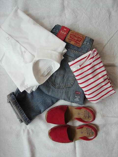 chemise, marinière, jean, chaussures assorties pour un look complet
