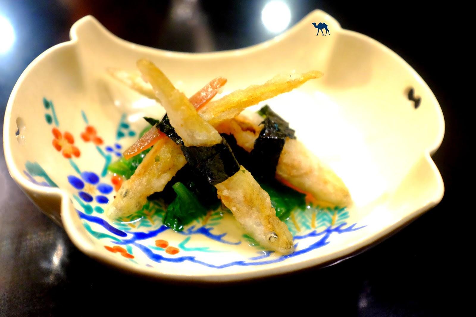 Le Chameau Bleu - petits éperlans frits Chrysanthème et melon salé