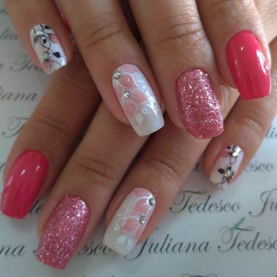 unhas rosa com glitter e flores