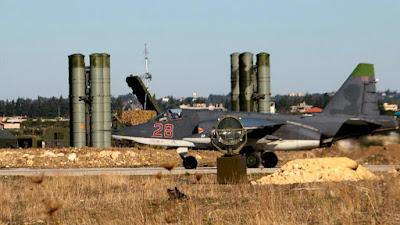 Un bombardero Sujoi Su-25 y baterías del sistema antiaéreo S-400 del Ejército ruso en la base aérea Hmeimim, en el noroeste de Siria.