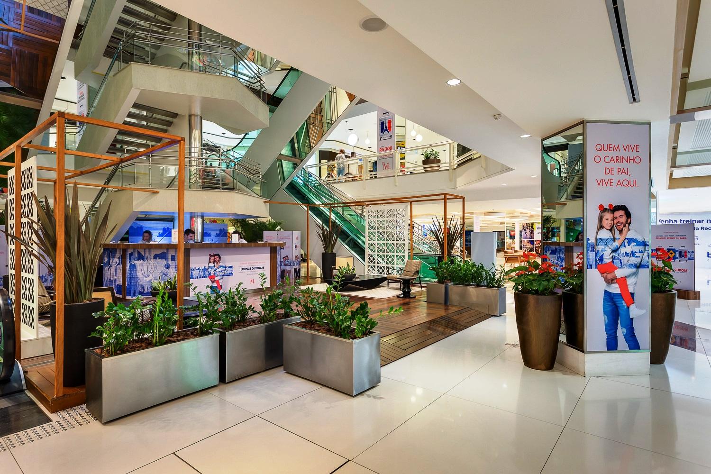 Entre os destaques, está a estrutura vazada em madeira, que visa demarcar  simetricamente os espaços de lounges em relação à circulação ao balcão de  trocas. 1172b49a26