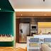 Cozinha com ilha, piso com paginação espinha de peixe + bar aparador de pedra com parede verde!