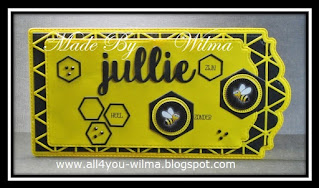 """Zwart/geel label/tag met o.a. de tekst """"jullie zijn heel """"bij""""zonder"""". Black/yellow label/tag with, among other things, the text """"you are very special"""" (Dutch words)."""