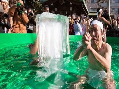 اليابان.. يعانقون الثلج لساعات كطقس دينى يستقبلون العام