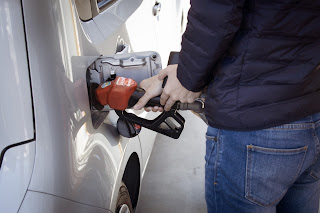 لماذا يوجد خزان الوقود في بعض السيارات على اليمين ، وفي سيارات أخرى - على اليسار