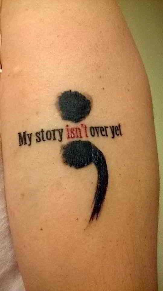 vemos a una chica con un tatuaje de punto y coma