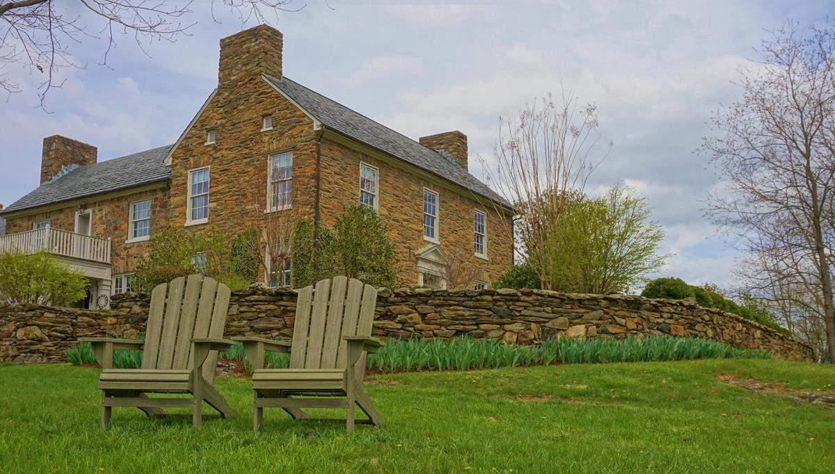 La silla de jardín Adirondack es una *pieza icónica de mobiliario de exterior diseñada a principios del siglo XX* por el estadounidense Thomas Lee en Westport,
