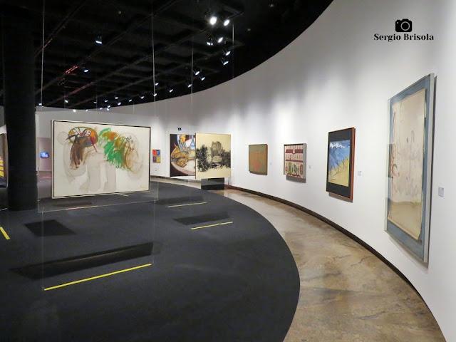 """Vista de outra parte da exposição """"Palavras Somam"""" no Museu de Arte Brasileira (FAAP) em Higienópolis."""