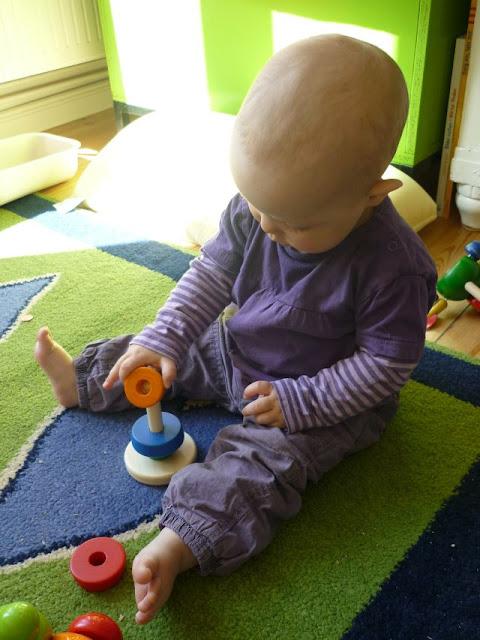 Baby spielt mit Stapelturm