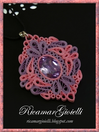 Ciondolo in quilling con decorazione centrale in cristallo