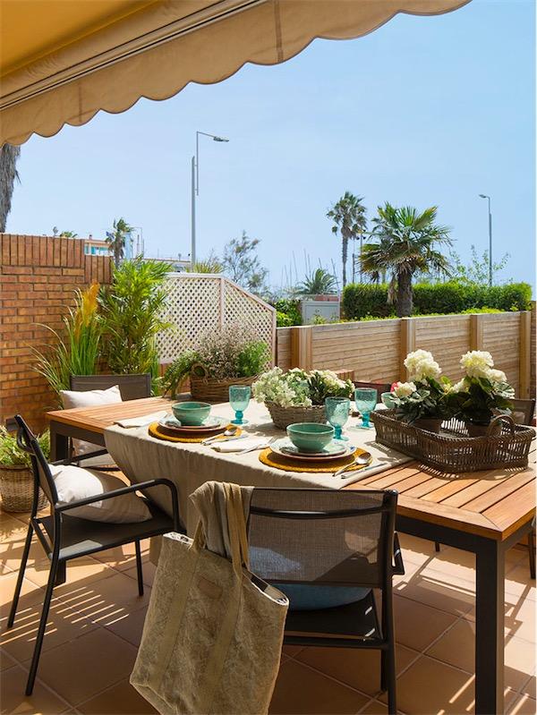 terraza con muebles de madera casa adosada castelldefels chicanddeco