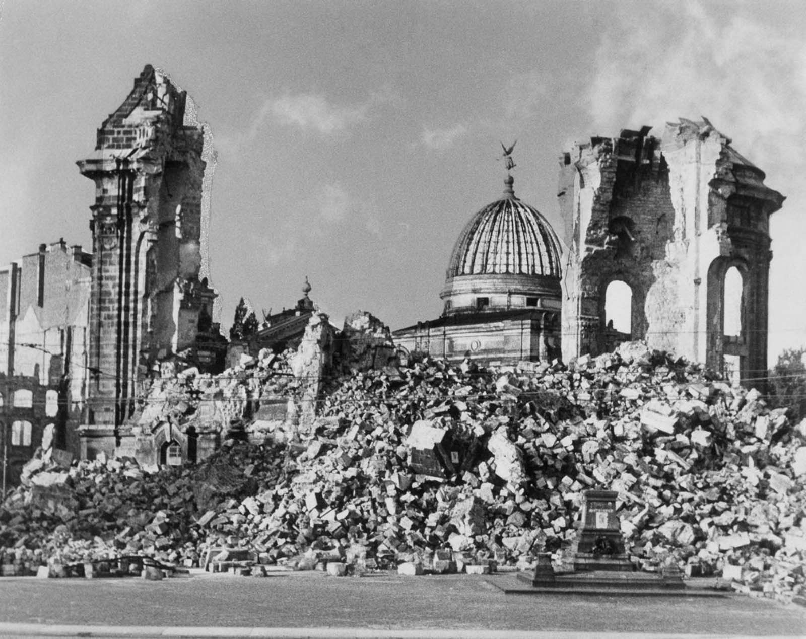 The ruins of the Frauenkirche and the dome of the Kunstakademie.