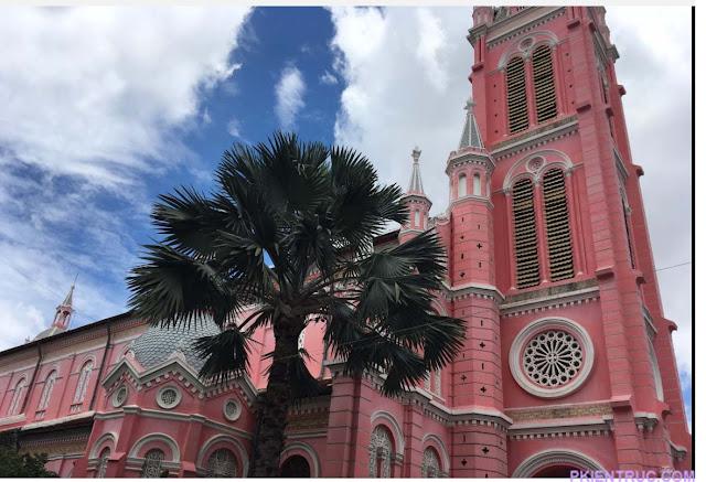 Hình chụp bên hông nhà thờ Tân Định