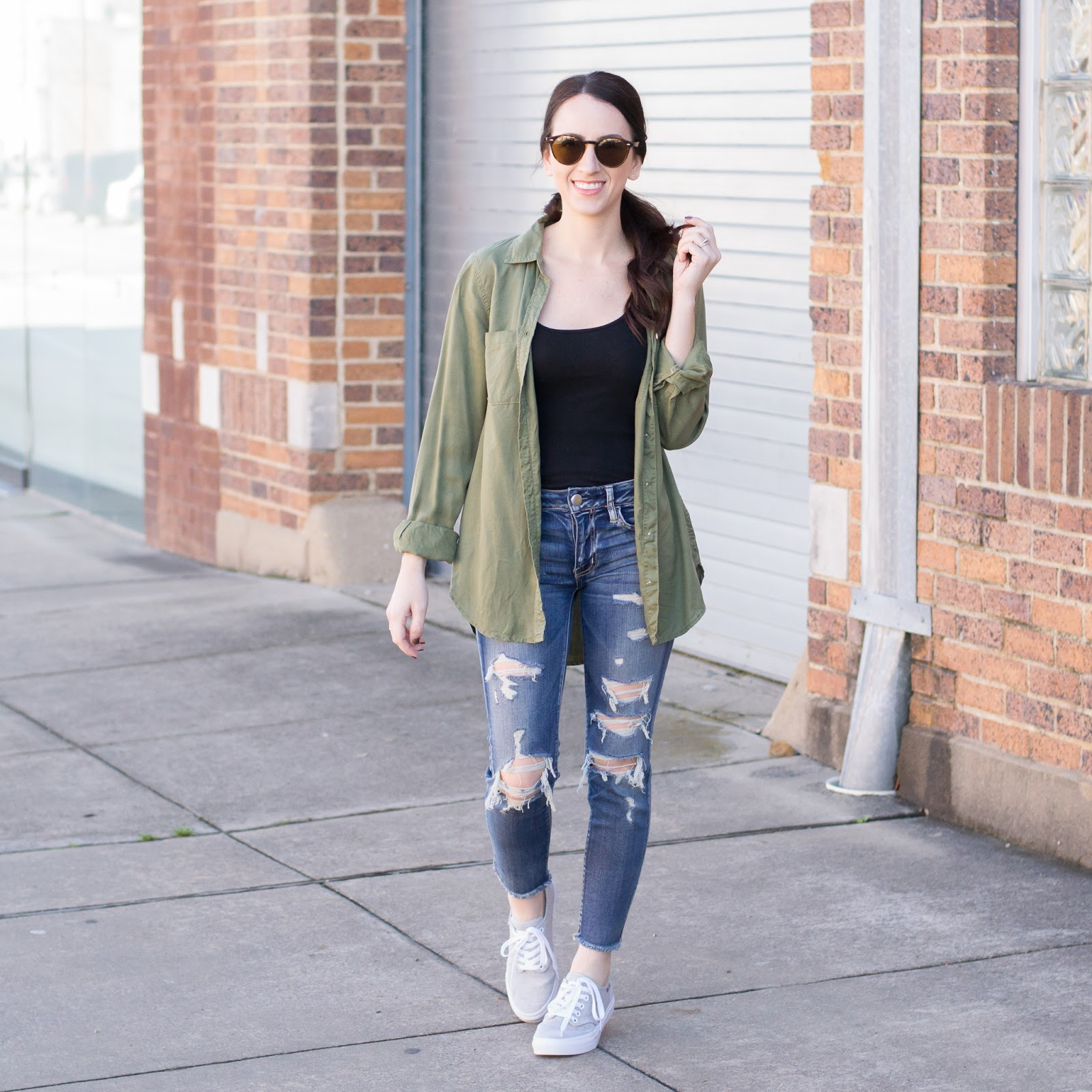 How to style a tucked in tee with ripped denim and sneakers
