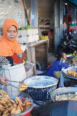 penjual gorengan pasar pagi gang bunga