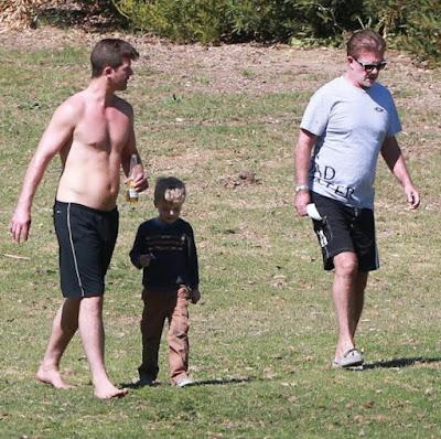 Alan Thicke con su hijo, el cantante Robin Thicke y su nieto Julian (Marzo 2015)
