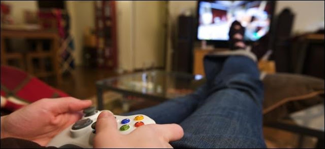 صورة لشخص يقف على قدميه وهو يلعب لعبة فيديو.