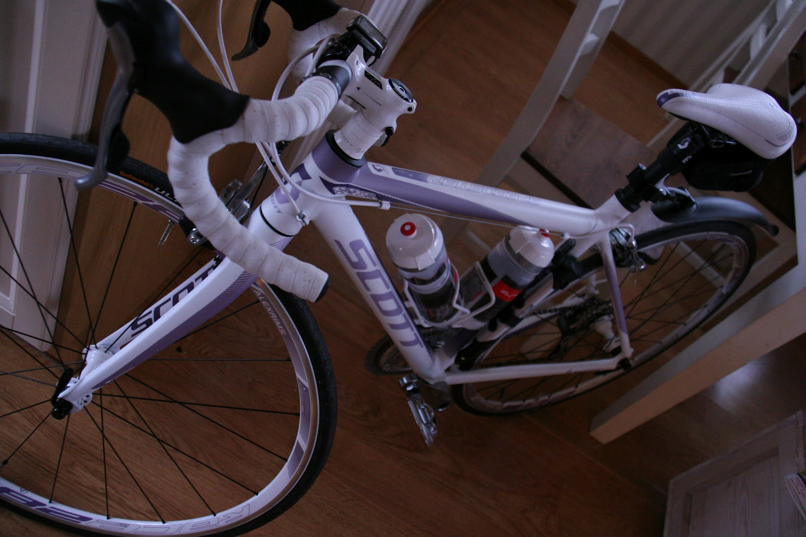 Kuvat on otettu iltahämärissä. Pyörän väri on valkea ja lila  ) c78efb9701