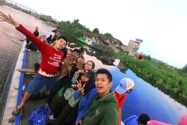 Keseruan wisata susur sungai di kampung kencana