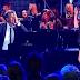 Η νεαρή κοπέλα τραγουδά σαν άγγελος και ο πιανίστας δεν μπορεί να ελέγξει τα συναισθήματά του!