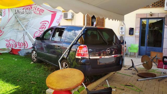 Εισβολή αυτοκινήτου σε χώρο καφετερίας στο Ναύπλιο μετά από τροχαίο
